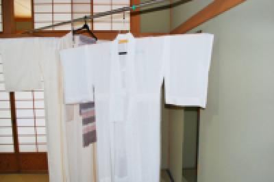 シワを伸ばしながら、しっかりと干す。自宅でできる着物の日頃のお手入れ