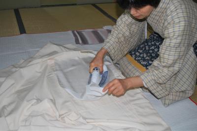 一昼夜干した後は、しっかりとシワを伸ばします。家庭用のアイロンはスチームの調節が難しいので当て布を使いましょう